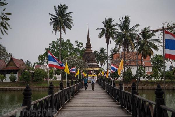Pasarela sobre el estanque para llegar al Wat Traphang Thong Lang