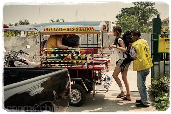 En el tuk-tuk camino de la estación de buses de Sukhothai