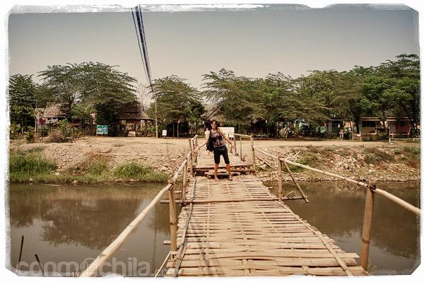 El puente que lleva a Family Huts