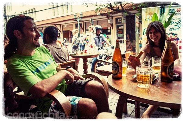 Tomando unas cervezas con Ángel en Bangkok