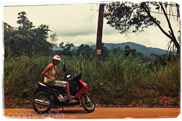 En la moto y con las nubes apareciendo a lo lejos