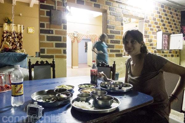 Carme en la mesa disfrutando de la cena