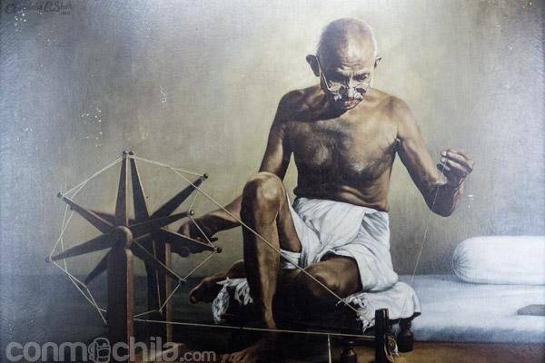 Icónica escena de Gandhi con la rueca de hilar