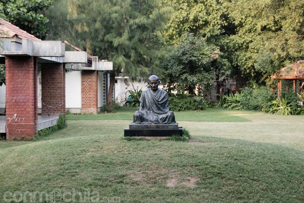 Estatua dedicada a Gandhi en el jardín