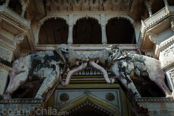 Detalle de los elefantes de la entrada