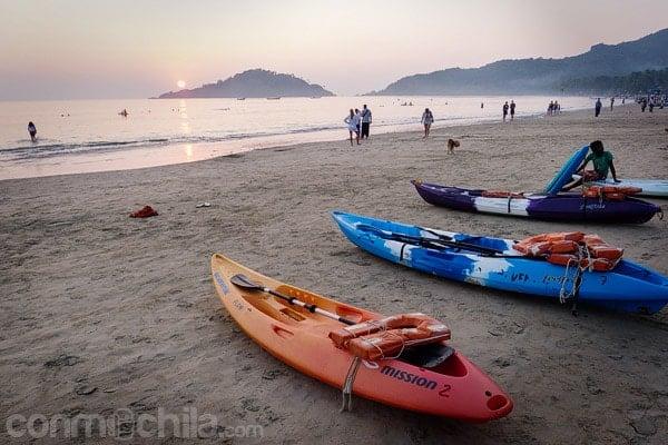 Kayak preparadas ante la puesta de sol