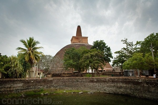 La Abhayagiri Dagoba de Anuradhapura con un foso de agua en primer plano
