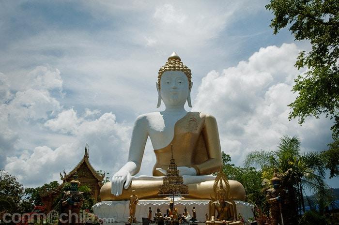 La gran imagen de Buda del templo Wat Phra That Doi Kham