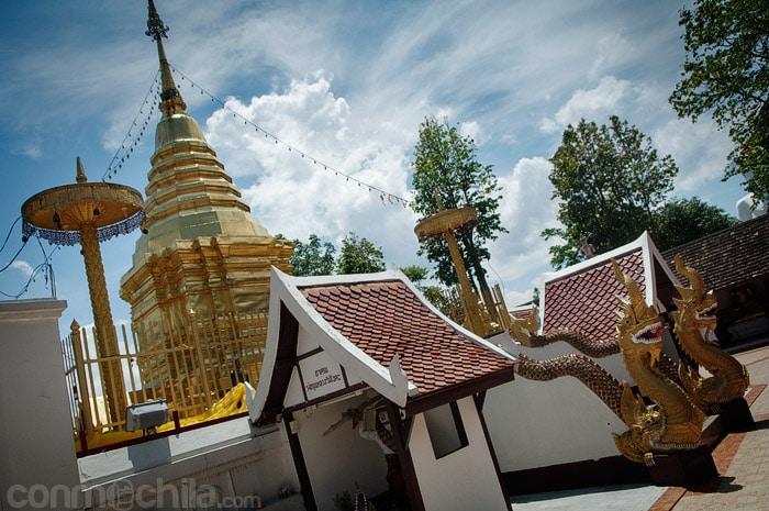 Otra vista con las nagas en el acceso al templo
