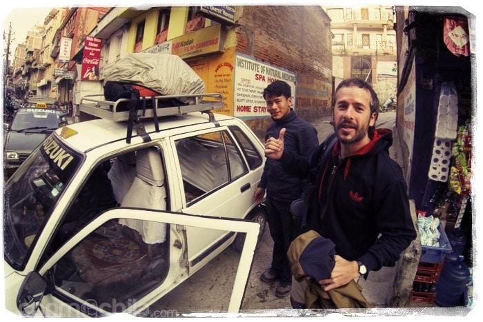 Toni con Yam en el taxi saliendo de Kathmandu