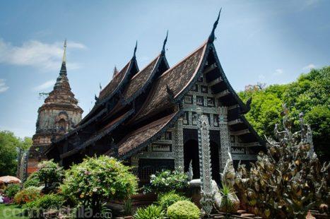 El templo con el chedi al fondo