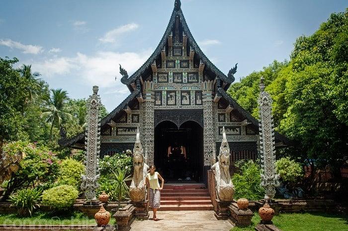 Carme en la entrada del templo al lado de una de las nagas