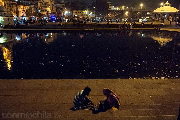 Una pareja frente al tanque de agua