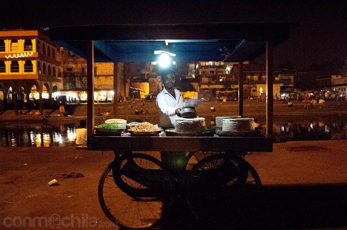 Un simpático vendedor de comida posando para la foto