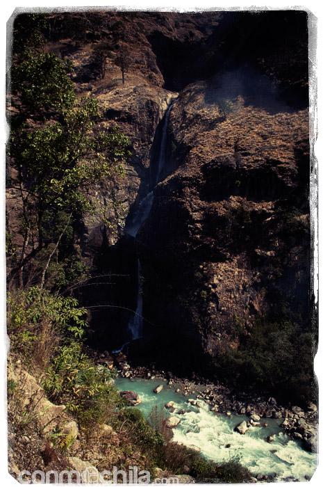 Una cascada que desemboca en el río