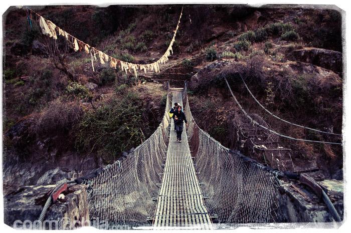 Cruzando otro de los muchos puentes que cruzamos en el trekking