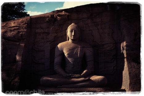 El primero de los Budas de Gal Viharaya