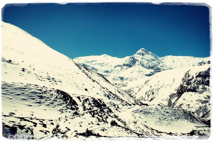 Nuestro camino entre montañas nevadas