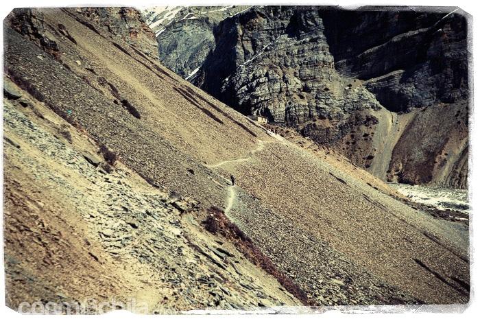 Y otro por la ladera de una de las montañas con piedras deslizándose de vez en cuando