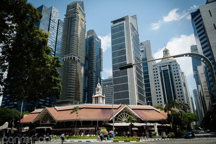 El edificio del Lau Pa Sat entre gigantes
