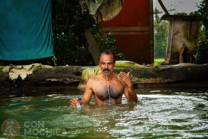 Señor dándose una ducha