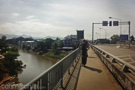 Cruzando el puente que separa Myanmar de Tailandia
