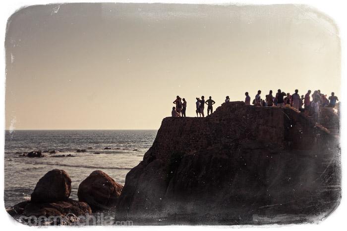 Otra vista del acantilado con la gente