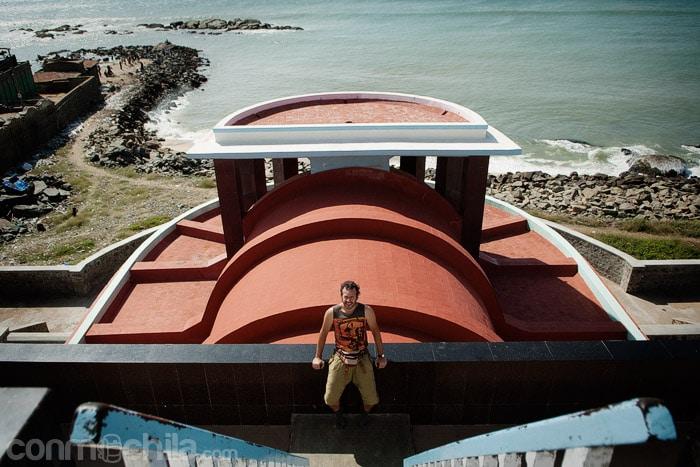 Toni en el la zona exterior jnuto al mar