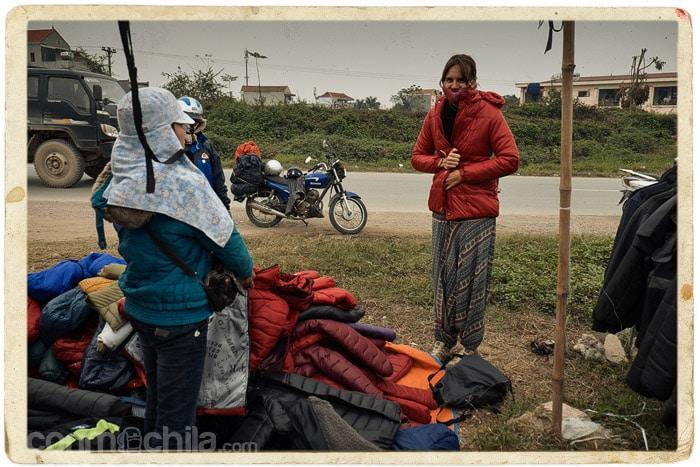 Probándonos chaquetas a la salida de Hanoi