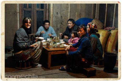 Cenando con la familia en Moc Chau