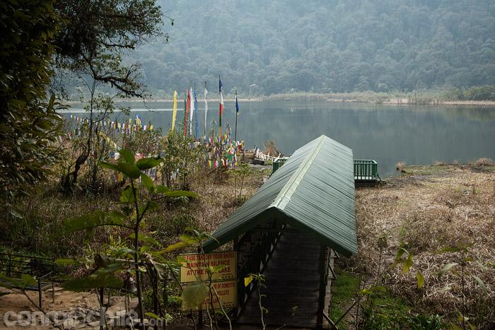 El pequeño puente que conduce al borde del lago