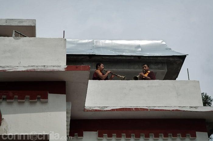2 monjes tocando las flautas típicas tibetanas
