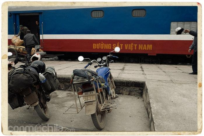Nuestra KM0 a la espera de que la suban al tren