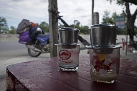 Motoret y dos cafes, escena típica de nuestro viaje
