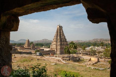 Vistas del templo Sri Virupaksha desde una pequeña colina