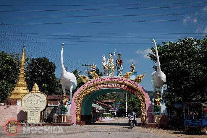 Entrada al camino que lleva al Buda