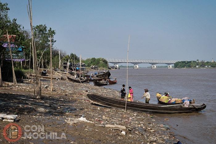 Orilla de un río en Myanmar llena de plásticos