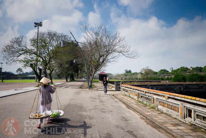 Último vistazo a la guía antes de entrar a la Ciudadela de Hué
