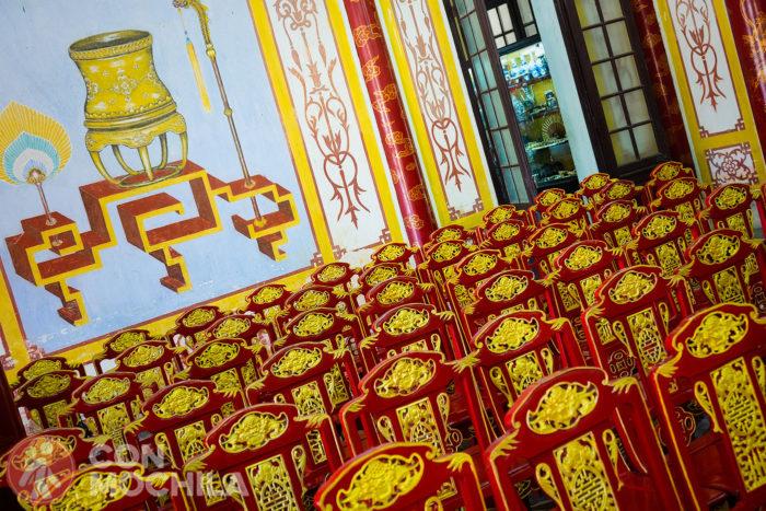 Detalle de las sillas y pared del palacio