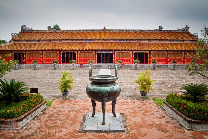 Vista de la urna central dinástica, el Templo de To Mieu al fondo