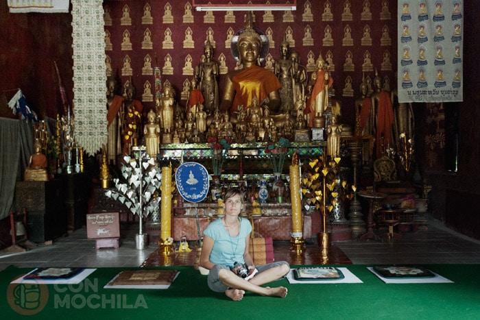 En el interior de unos de los templos de Luang Prabang