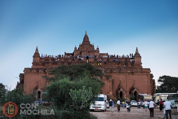 Uno de los templos repleto de turistas