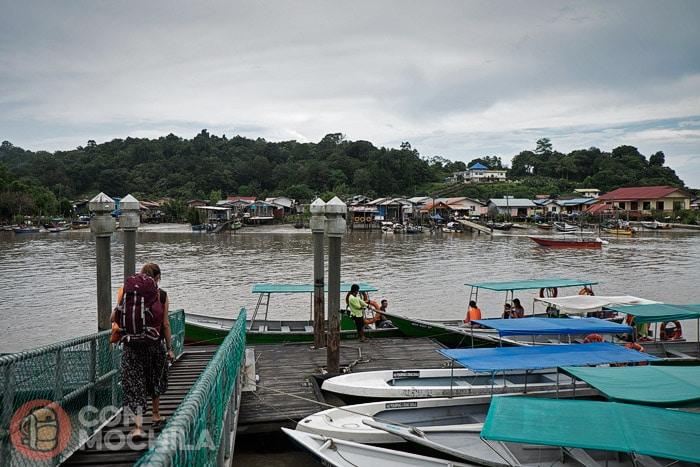 De camino a la barca en el río