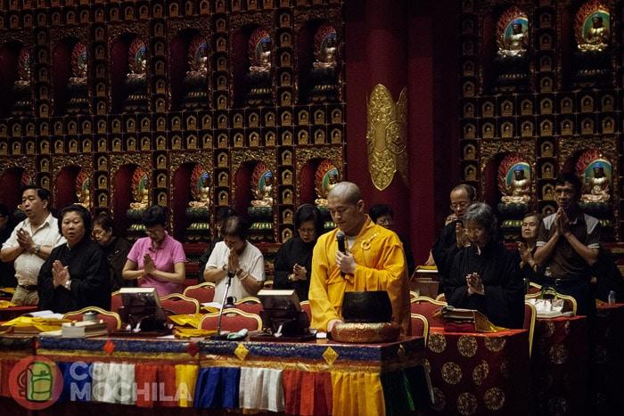 Una imagen del budista realizando oraciones