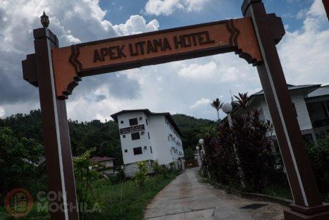 Entrada a la parcela del Apek Utama hotel