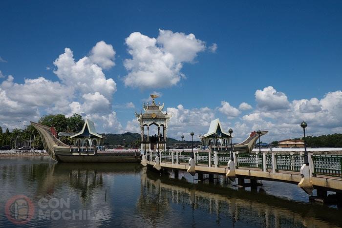 La barcaza real en el lago