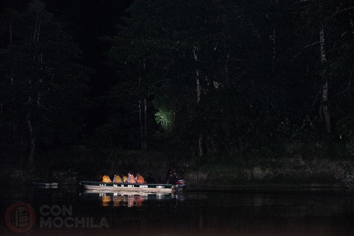 La barca en una salida nocturna