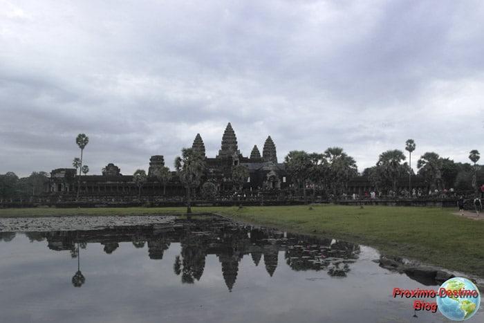 Itinerario de viaje a Camboya: Amaneciendo sobre el Angkor Wat. A decir verdad estaba nublado