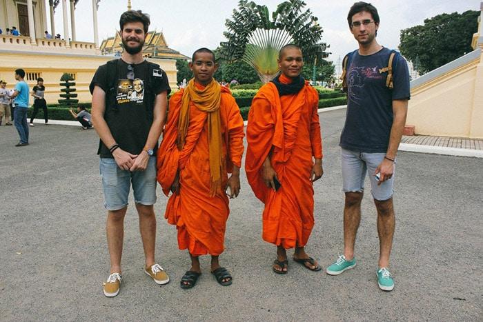 Itinerario de viaje a Camboya y Laos: Miguel y Pau charlando con unos monjes en Phnom Penh