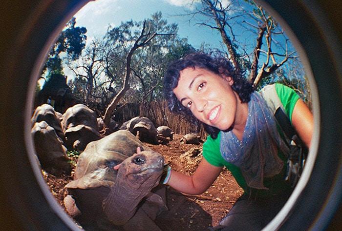 Junto a una de las centenarias tortugas de Isla Prisión (Zanzíbar)